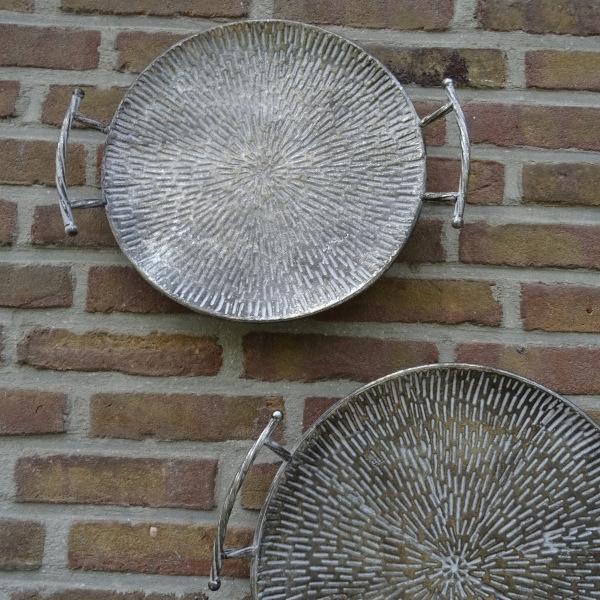Dienbladen en muurdecoratie in 1